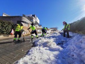 operarios del Ayuntamiento de Arroyomolinos limpian de nieve las calles