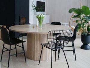 Mesas XXL y sillas desparejadas